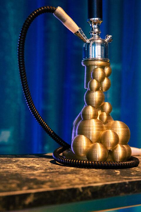 Prototype de shisha, corps de pipe à eau imprimé en 3D à partir de bioplastique à base d'algues. Par Yasmine Elwani Abdelhamid, produit lors de la Travelling School du Caire, septembre 2018., © Victor Picon