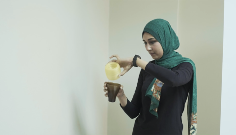 Extrait de film, test de tasses imprimées en 3D à partir de biofilament à base d'algues, Travelling school Cairo, septembre 2018., © Victor Picon