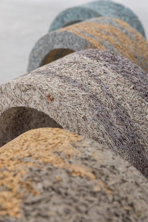 Formes réalisées en composites de moelle de tournesol pour tester la résistance des matériaux, colorées avec des pigments minéraux., © Adrian Deweerdt