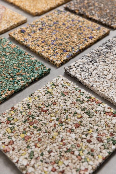 Échantillons de panneaux composites acoustiques produits à partir de la moelle de tiges de tournesol, colorés avec des pigments minéraux, © Adrian Deweerdt