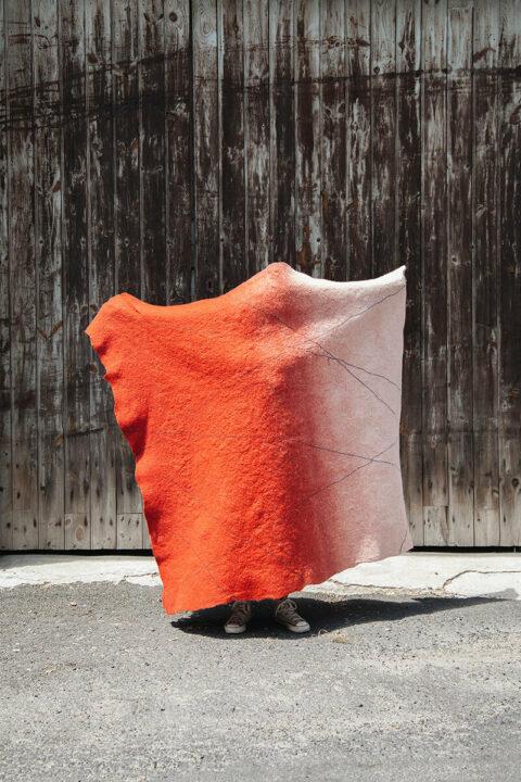 Panneau de feutre de laine fabriqué à partir de déchets des filatures de laine Mérinos d'Arles, © Max Félix