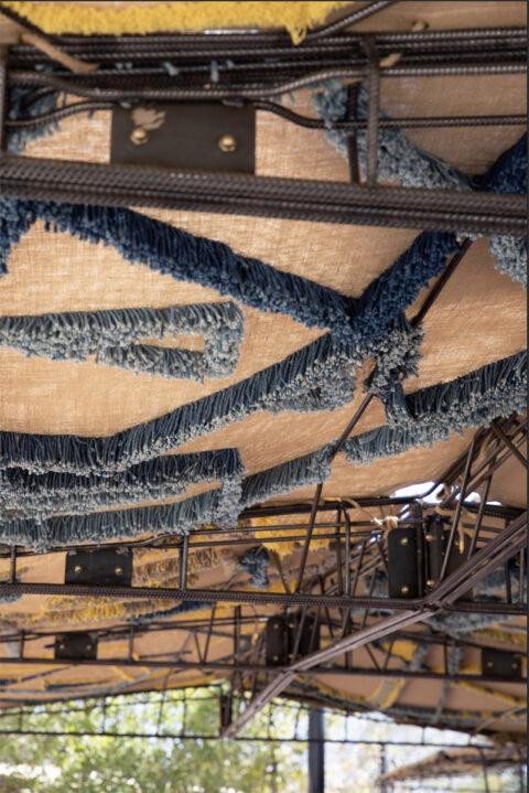 Voiles d'ombrage du Réfectoire, tuftées en laine locales teintes en indigo et réséda., © Adrian Deweerdt