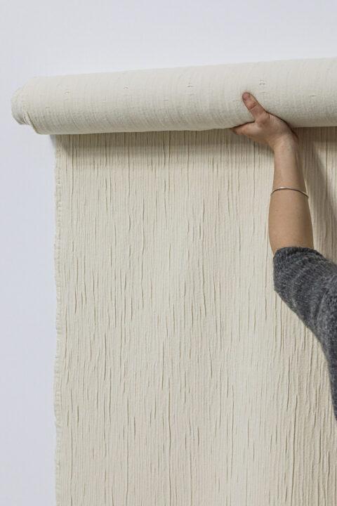 Rouleau de tissu en volume, composé de fil papier et de laine Mérinos d'Arles, © Adrian Deweerdt