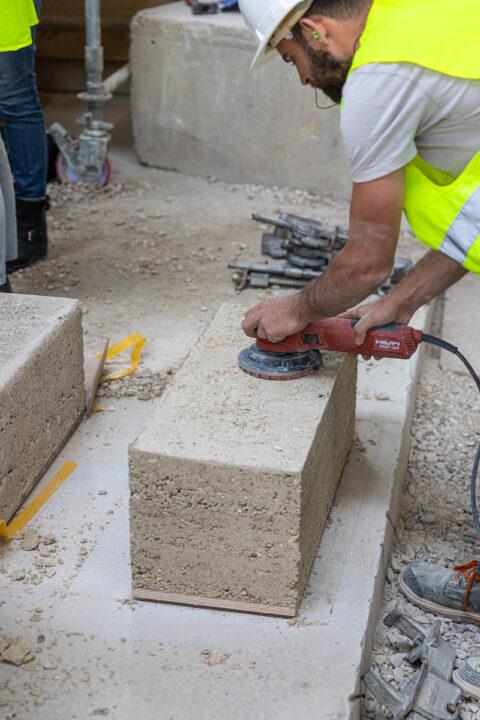 Journées de formations autour de la construction en terre crue, sur le chantier Magasin Electrique de LUMA Arles. Polissage d'un bloc de pisé., © Adrian Deweedrt