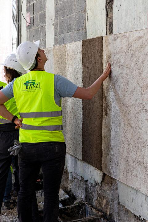 Journées de formations autour de la construction en terre crue, sur le chantier Magasin Electrique de LUMA Arles. Prototypage d'enduits à base de terre crue., © Adrian Deweerdt