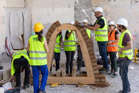 Journées de formations autour de la construction en terre crue, sur le chantier Magasin Electrique de LUMA Arles. Construction d'une voûte en brique de terre compressée., © Adrian Deweerdt