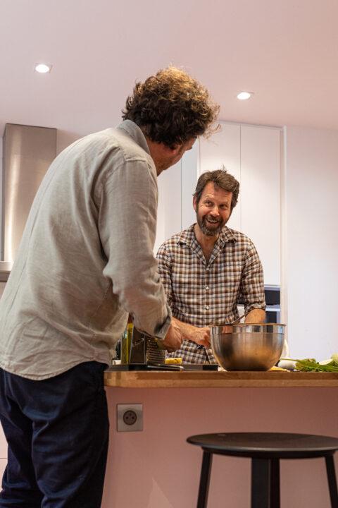 Armand Arnal et Martino Gamper en train de cuisiner pour les équipes, © Adrian Deweerdt